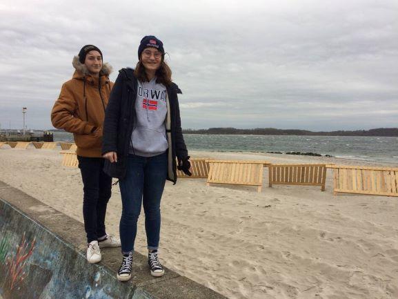 Clotilde et Alexis en balade à Laboe, petite station balnéaire à l'est de Kiel dans le Schleswig-Holstein, en Allemagne.